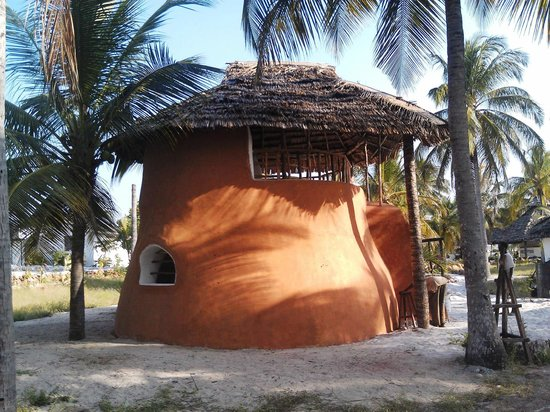 Kilwa Beach Lodge: The super-adobe room we stayed in first