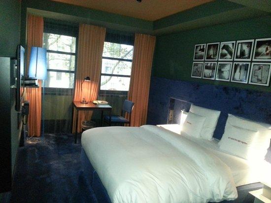 25hours Hotel The Goldman: Green Bedroom