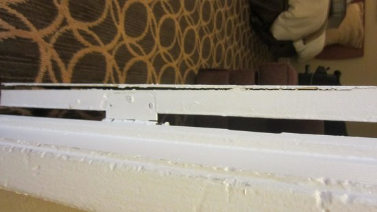 Marin Suites Hotel: Broken bedroom door