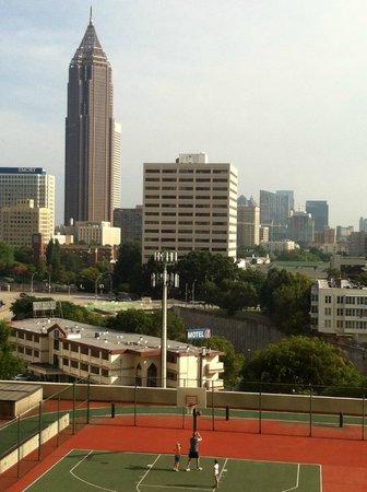 Hilton Atlanta: Vista do quarto.