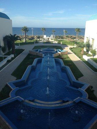 Amir Palace: Вид перед входом в отель со стороны моря.