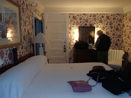 Colony Hotel : Corner room on 2nd floor