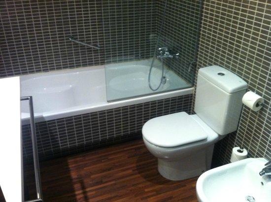 AC Hotel Alicante: Stylish bathrooms