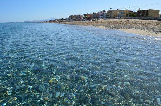 Atlantis Beach Hotel: чистый большой пляж с наипрозрачнейшей водой критского моря