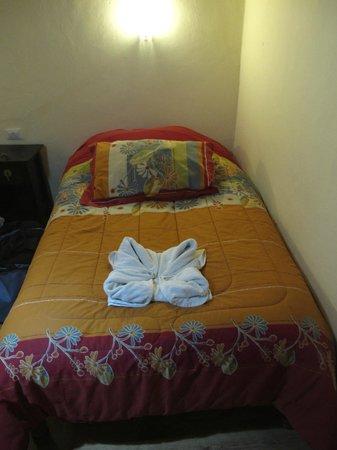 Hotel Casona les Pleiades : Кровать в номере на 2-ом этаже.
