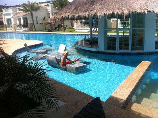 Oriental Beach Pearl Resort: Pool bar område