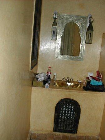 Riad Al Faras: bathroom