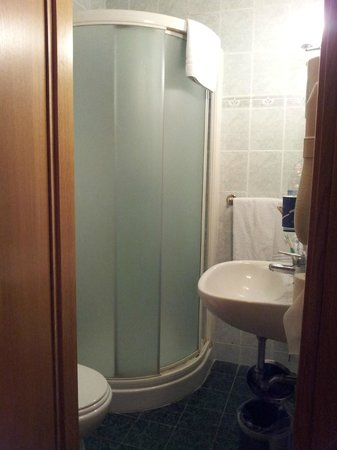 Embassy Hotel : Bathroom
