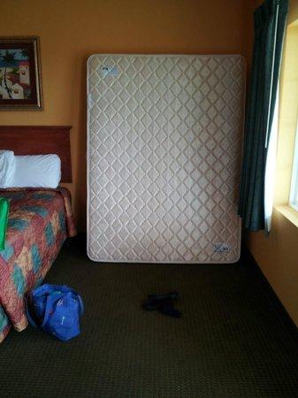 Days Inn Port Aransas TX: extra matress in foom 210