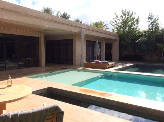 Palais Namaskar: Notre villa (chambre et salon) avec piscine privée et bassin autour