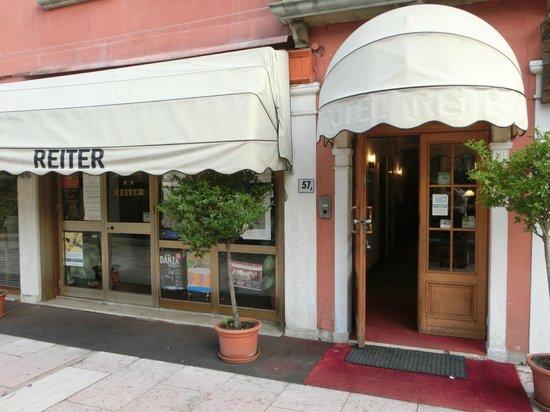 Reiter Hotel : ホテルの外観_大通り沿いにあります
