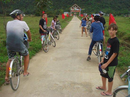 Ha Long Bay Hotel: Excursion en bicicletas por un puelblo
