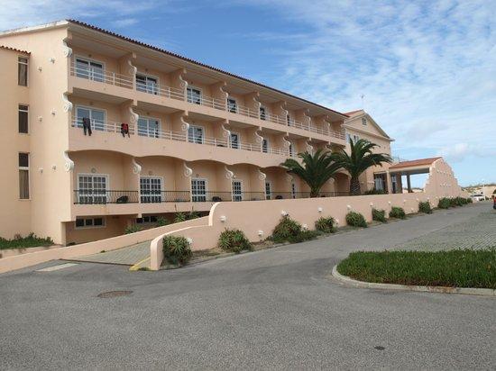 Hotel Soleil Peniche: Hotel visto do estacionamento