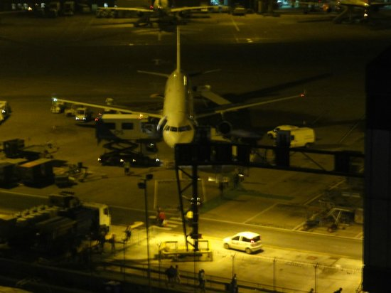 Radisson Blu Hotel, Manchester Airport : Night time view of airport - surprisingly quiet