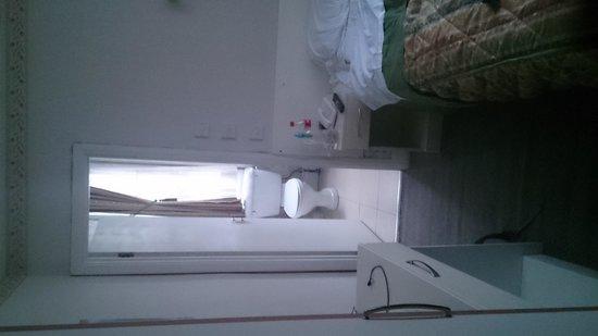 Hotel Earls Court: View from room doorway to bathroom