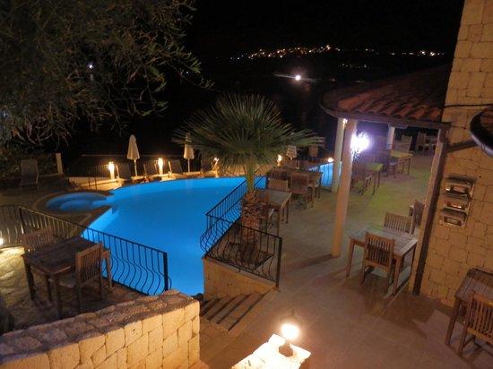 Deniz Feneri Lighthouse : Pool and terrace dining area at night
