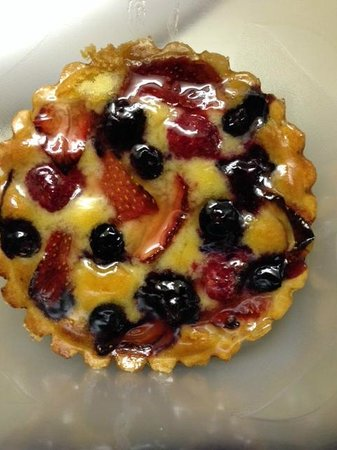Karen Donatelli Bakery and Cafe : mixed berry tart