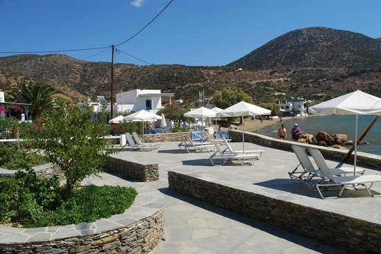 Studios Virginia: Beach beds and parasols to enjoy the sun of Cyclades