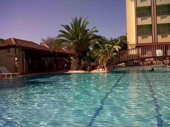 Gazipasa Star Hotel: The view across the pool