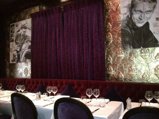 L'Aventure: La salle, très cosy, avec sa décoration très orientée cinéma