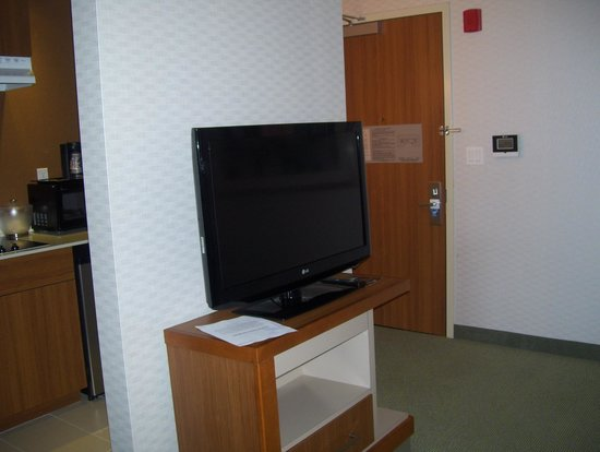 SpringHill Suites by Marriott New York LaGuardia Airport: tv in dinign room