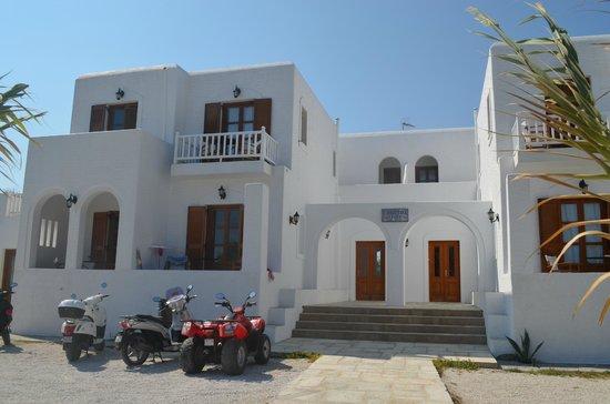 Roussos Beach Hotel: Fachada del hotel