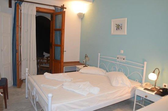 Roussos Beach Hotel: Habitación en planta baja con balcón.