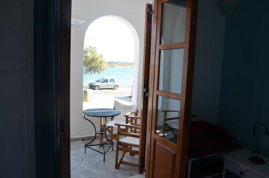 Roussos Beach Hotel: Balcón de la habitación con vista al mar.