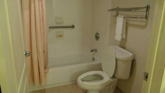 Holiday Inn Hazlet: King Executive Suite - Bathroom