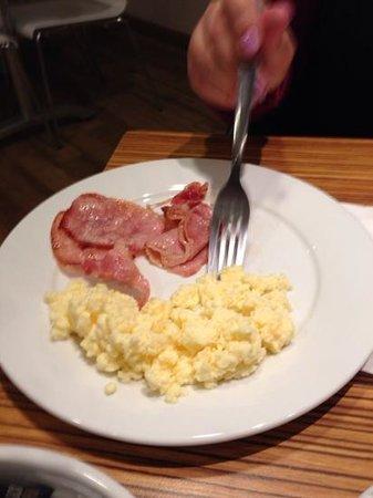 Travelodge Edinburgh Cameron Toll : Colazione uova e pancetta