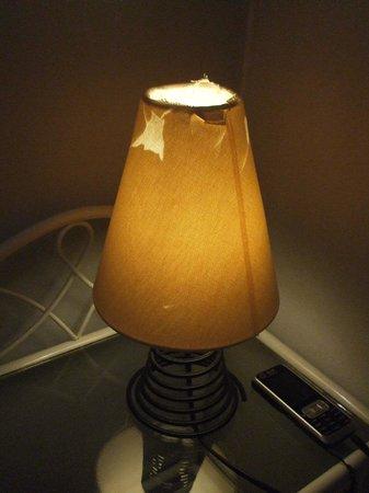 """Hotel Le Saint Germain: La lampe de chevet """"clignotante""""!"""