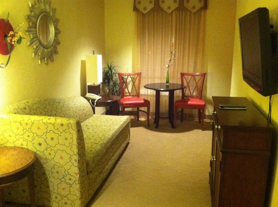 The Hotel Highland Downtown UAB: Living room in our sweet suite.