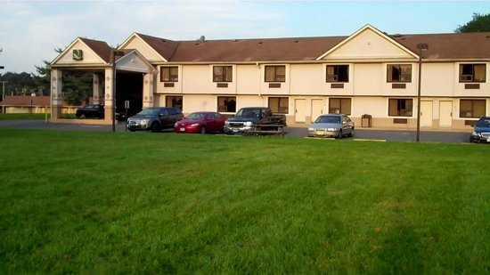Quality Inn East Windsor: Exterior view from Courtyard