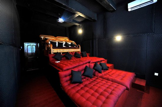 11 Happy Backpackers: Movie House The Flicks 2