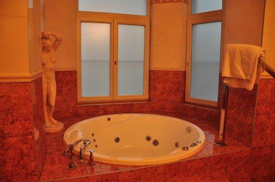 Hotel Urania: королевский номер с джакузи в эркере