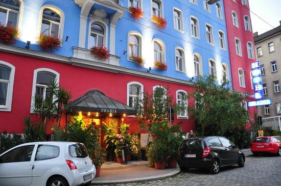 Hotel Urania: вход весь в зелени