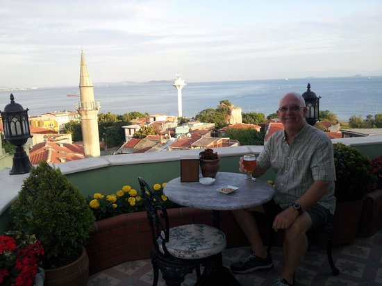 Dersaadet Hotel Istanbul: Relaxing on the patio