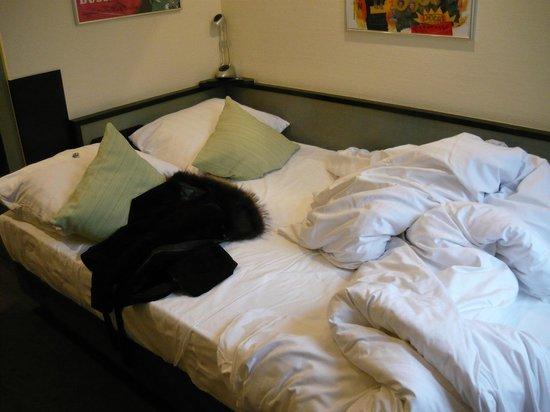 Monopol Hotel: Кровать для двоих. Один должен перелезать через второго.