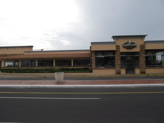 Bennigan's: OUTSIDE VIEW
