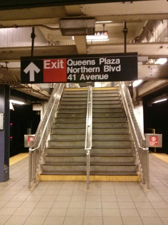 Quality Inn Long Island City : Sign pointing out the subway exit closest to the Hotel