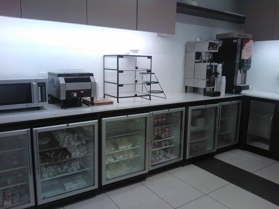 Broadway at Times Square Hotel: Cozinha do café da manhã e geladeiras sempre recheadas