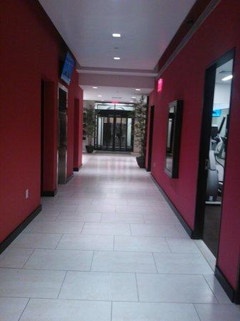 Broadway at Times Square Hotel : Entrada ao fundo e pequena academia ao lado direito