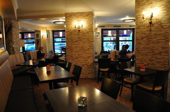 Hotel Mitte Berlin: бар и зал для завтраков одновременно