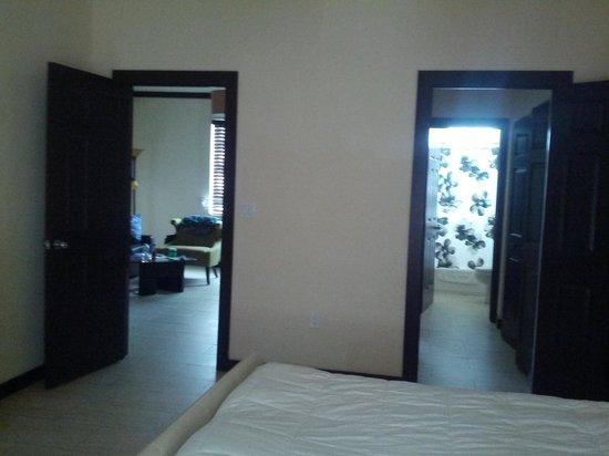 Tradewinds Apartment Hotel: из спальни: гостинная и санузел