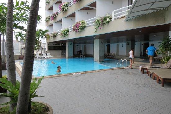 City Beach Resort: Piscine et vue des balcons des chambres