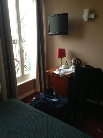 Hotel Paris Rivoli: Mini-fridge, tea, and most importantly wine opener