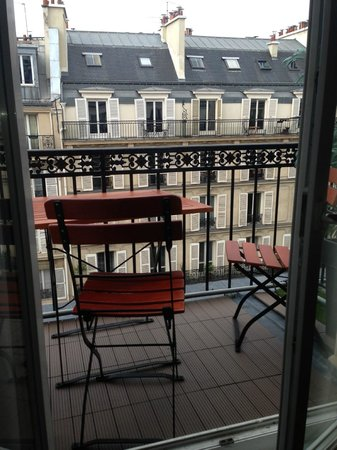 Hotel Paris Rivoli: Balcony with two tables