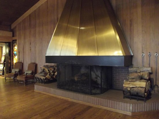 Little America Hotel Flagstaff: Beautiful fireplace in the lobby
