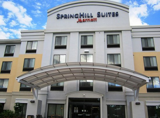 SpringHill Suites Fort Myers Airport: Front of hotel