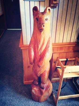 Mom's Restaurant : The little wooden bear welcoming you at the entrance of Mom's